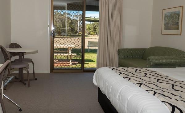 King Room Accommodation - Deniliquin County Club Motor Inn